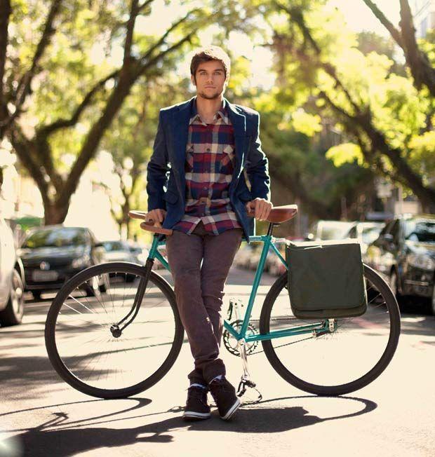 Cycle Chic: Blazer, camisa xadrez, calça roxa e tênis. E uma bicicleta retrô para visitar a cidade.