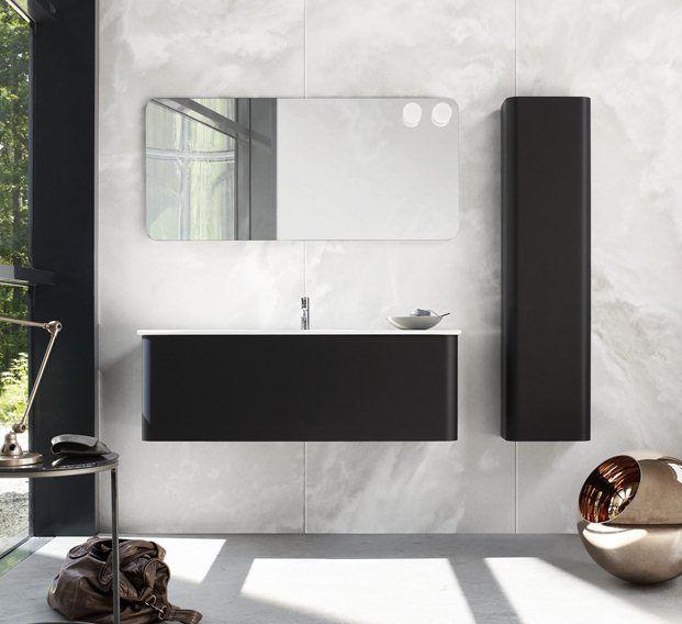 Badkamermeubel met ronde hoeken en bijpassende kast en spiegel.