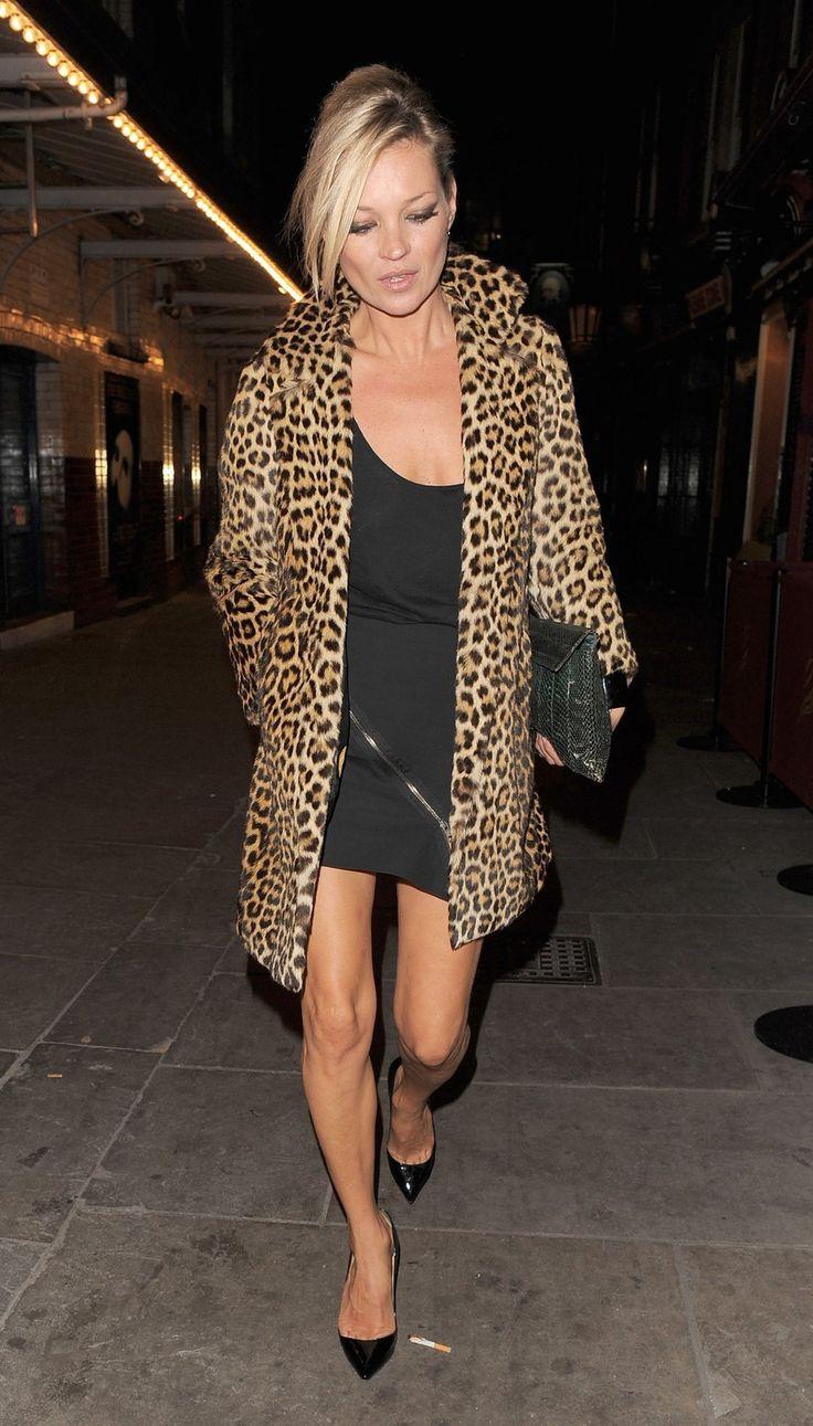 Kate Moss Gabriela Gomez Hirsch tarafından parçalanmış bu görüntü belirir.  Fazla 52 StyleSaints bu fotoğrafı retore.  Kate Moss, leopar baskı ceket, siyah fermuarlı Döşeme etek, siyah tank.