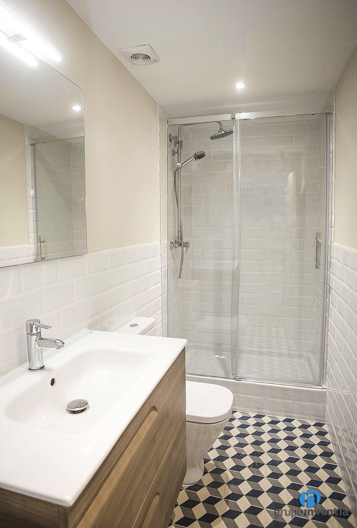 El cuarto de baño principal lice un diseño muy luminoso y ...