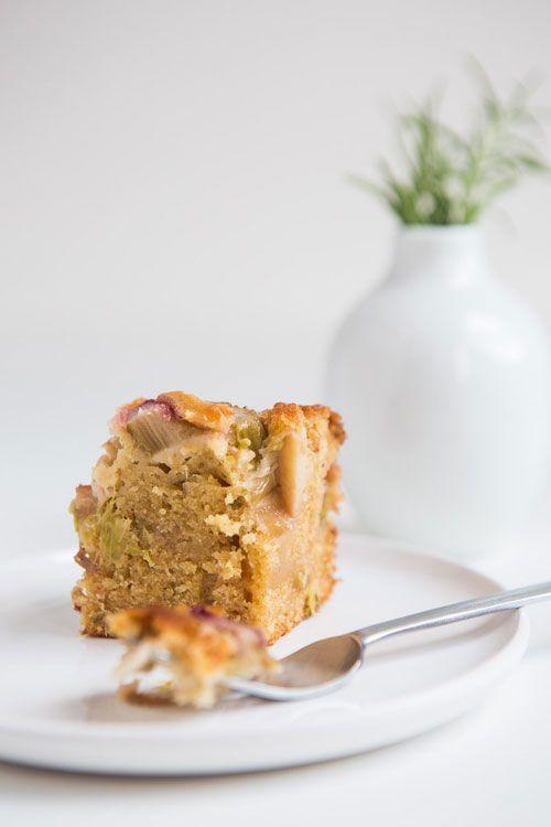 Een zoete rabarber cake met de verrassend hartige smaak van rozemarijn en de lichte pittigheid van gember.