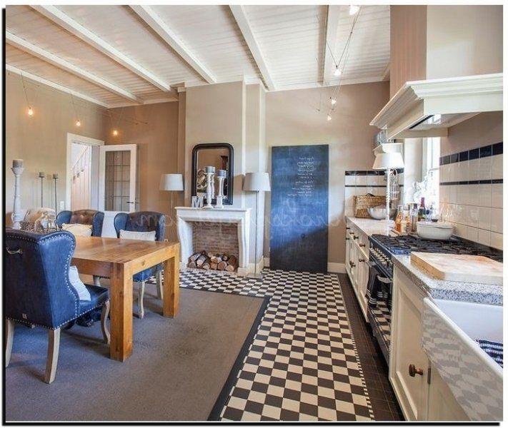 Voor de romantische keuken is het mooi om een toogspiegel te plaatsen.