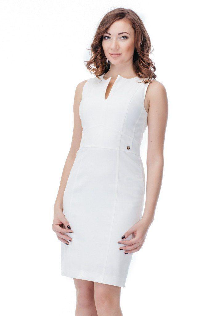 Платье GIZIA Артикул 010-010-0039 ЦЕНА 4300 руб Размеры 36-42 Элегантное платье по фигуре без рукавов, округлым вырезом горловины и небольшим разрезом сзади на юбке. Платье от GIZIA выполнено из непрозрачной, дышащей ткани белого цвета. Интересная вставка-пояс с маленьким золотым украшением подчеркивает талию.  Замеры для размера 36: Длина изделия: 92 см. Ширина подмышками: 40 см. Вид застежки: молния сзади. Состав материала подкладки: 90 % вискоза, 10 % эластан.