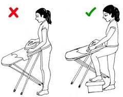 Jeżeli masz w planach prasowanie, zatrzymaj się na chwilę i spójrz co możesz zrobić dla swojego kręgosłupa. 1. Ustaw deskę na odpowiedniej wysokości, tak żeby nie trzeba było się nad nią pochylać. 2. Jeżeli odczuwasz bóle w kręgosłupie już po dłuższej chwili stania w bezruchu, spróbuj oprzeć nogę na jakimś podnóżku, może to być mały taboret. 3. Rób sobie przerwy: co jakiś czas zmieniaj pozycję, nogę na której stoisz lub usiądź na chwilę.