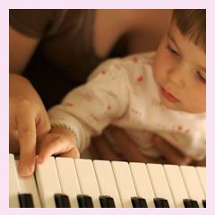 Was genau bewirkt Musik in uns und wie bringt sie unsere Kinder voran? Erfahre hier, welche Bedeutung und Wirkung Musik für Dein Kind hat, denn nicht umsonst gilt Musik als Kulturgut und wird sogar in der Schule als Fach unterrichtet.