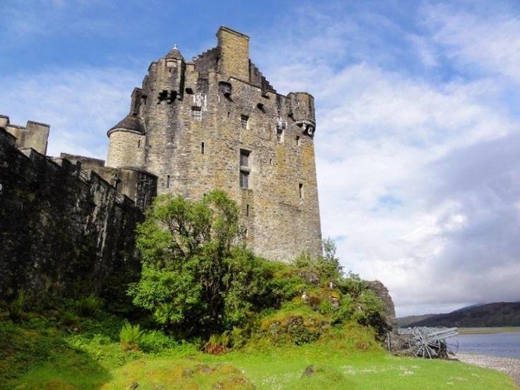 Замок Эйлен-Донан в Шотландии возведён на берегу озера Лох-Дуй. Сооружение было построено в XIII веке по приказу шотландского короля Александра I с целью защиты от нападений викингов, которым эти места часто подвергались.