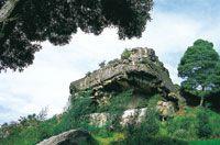 Refugios rocosos en el altiplano Sabana de Bogotá. Parque Piedras de Tunja en Facatativá; en sus paredes se conservan pictografías muiscas.