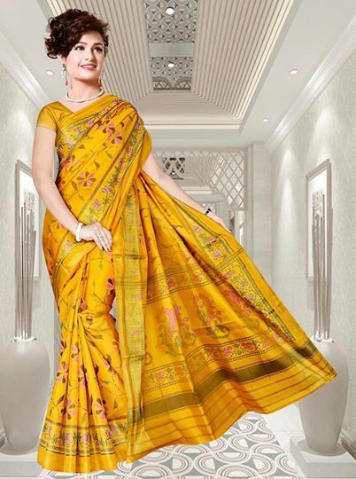 Go trendy in this Rajkot Patola saree with attractive floral motif.