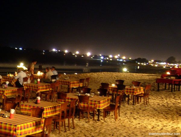Enjoying Fresh Seafood in Jimbaran Bali::::In addition to beautiful beaches, Jimbaran also presents a romantic moment which can be found at sunset.