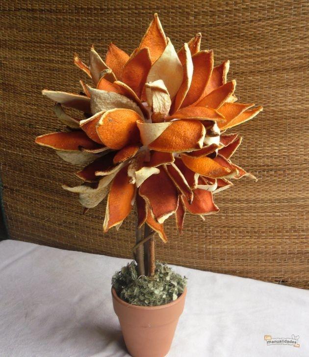 Árbol decorativo con cascaras de mandarina