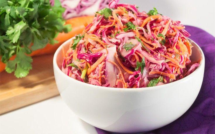 Υλικά για 4-6 άτομα 8 φλιτζάνια τεμαχισμένο κόκκινο και πράσινο λάχανο 45 γραμμάρια μείγμα λαχανοσαλάτας με μπρόκολο (προαιρετικά) 1/2 φλιτζάνι τριμμένα καρότα 1/2 φλιτζάνι φρέσκο κρεμμύδι κομμένο σε λεπτές φέτες (περίπου 4) 1 φλιτζάνι άπαχο γιαούρτι 1/2 φλιτζάνι μαγιονέζα 2 κουταλιές της σούπας άσπρο ξίδι 1 κουταλιά της σούπας φρέσκο χυμό λεμονιού 1 κουταλάκι τριμμένο