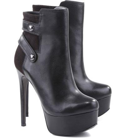 Ankle boots são apostas certeiras para o closet feminino nos dias frios. Nesta temporada, a meia pata frontal aparece com força total e o salto fino ganha um aliado poderoso. Esta, tem detalhes no ca