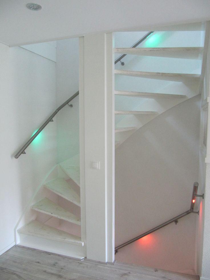 Open trap met veilige verlichting in de leuningen maatwerk lumigrip trapleuningen met led - Handige trap ...