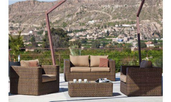 Composición de terraza y jardín compuesta por sofá de dos plazas, dos sillones y mesa central.  Fabricado en fibras naturales en tono marrón, con asientos tapizados en textil marrón claro.