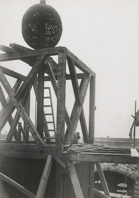 Den øverste del af tårnet og kuglen under nedbrydning.  [Foto og tekst stammer fra Niels Ludvig Mariboes billedsamling. Denne samling blev til i perioden 1880-1919, men rummer også nogle af de ældste fotografier af København. Samlingen tilhører nu Københavns Museum.]