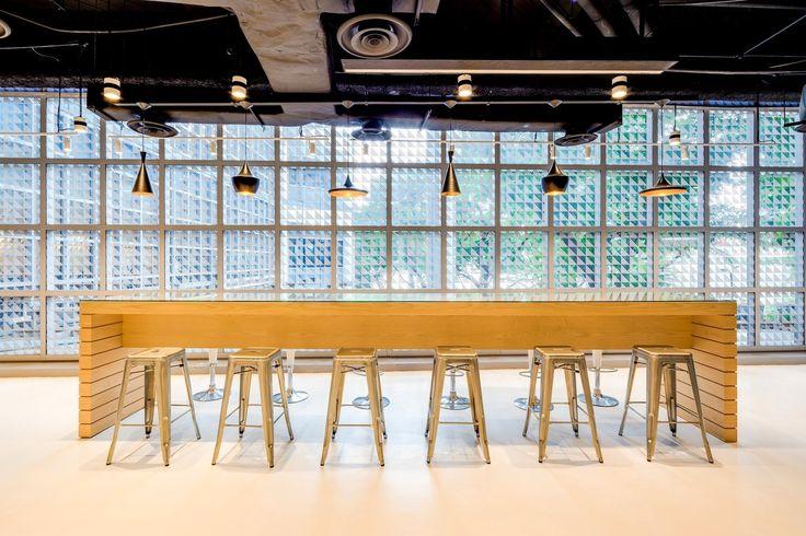 Агентство Leo Burnett вновь удивило дизайнерское сообщество новым пространством, в котором переплелись культуры Запада и Востока, соединились старое и новое, геометрия и арт-инсталляции. Интерьер офиса компании в Сингапуре выполнила студия SCA design. При входе посетитель сразу же поражается конт...