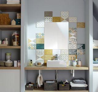 Carrelage mural mosaïque autour du miroir