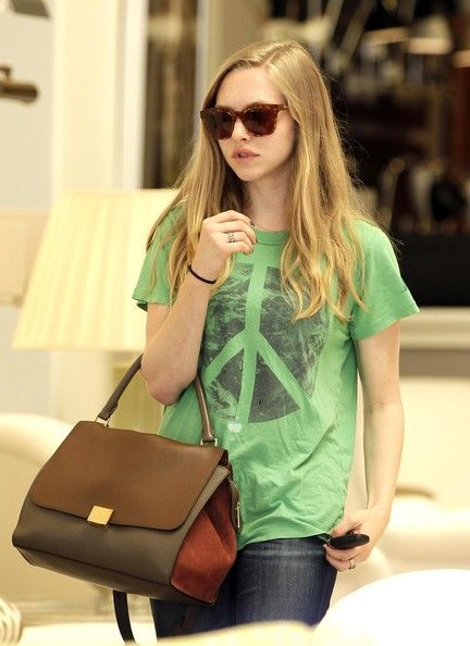 Celebrities love to wear the Céline Trapeze handbag black&brown. The same you find on www.rentfashionbag.com!