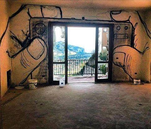Pintar el marco de la puerta así...