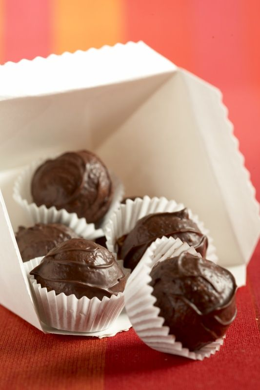 Ingredience: sušenka tatranka 3 kusy (každá 50 g), Hera 125 gramů, cukr moučkový 125 gramů, rum 2 lžíce, ořechy lískové 1 lžíce (mleté, opražené), čokoládová poleva tmavá 120 gramů (na obalení).
