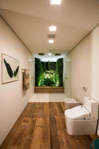Integrado à área dos chuveiros, o jardim de inverno proporciona bem-estar e frescor ao banheiro projetado por Carolina Maluhy. No ambiente, as louças e metais são da Deca.