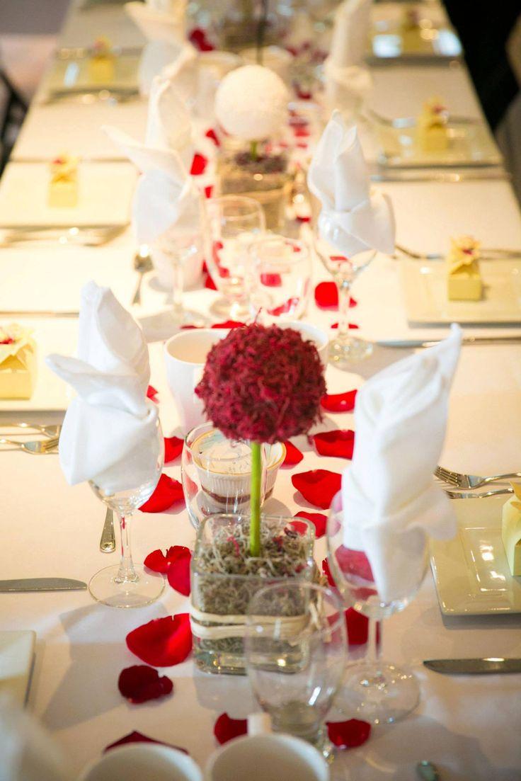 Romance de roses rouges sur mariage en blanc