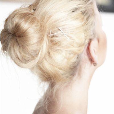 De haarknot is helemaal terug van weg geweest! Maak de perfecte haarknot met een haardonut. In meerdere kleuren verkrijgbaar via www.goudhaartje.nl onder het kopje styling.