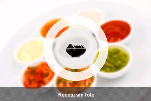 Pernil de cerdo al horno colombiano con verduras muy variadas, cebollas y salsas especiales para carnes.