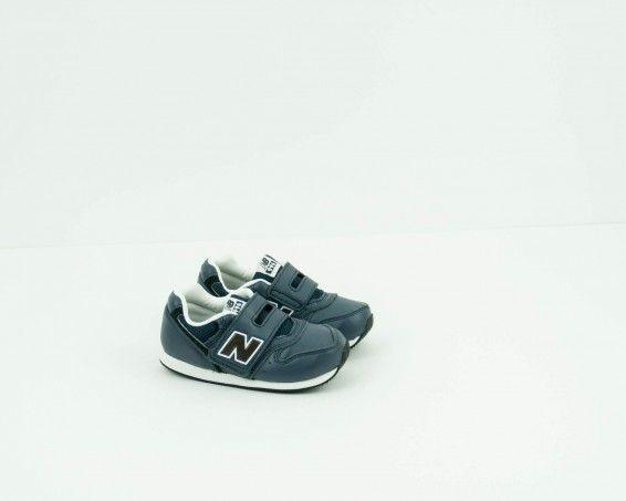 Deportvo New Balance color gris velcro para niño