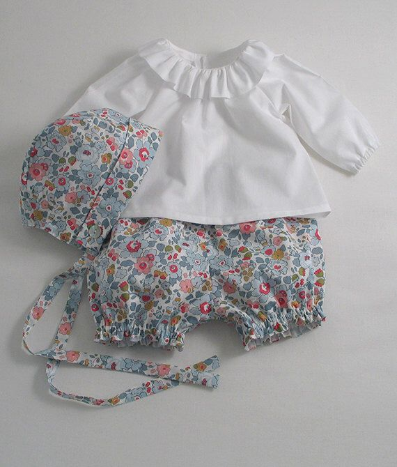 Liberty Betsy Bloomers, Bonnet et Blouse pour une petite fille par patriciasmithdesigns sur Etsy https://www.etsy.com/fr/listing/185196112/liberty-betsy-bloomers-bonnet-et-blouse