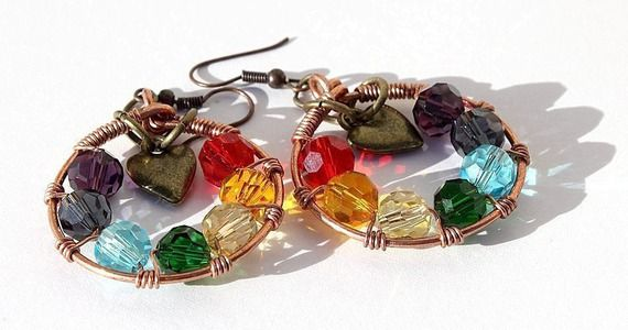 """Boucles d'oreilles anneau en cuivre avec 7 perles multicolores à facettes en cristal et un petit cœur en bronze : """"Energies de vie"""""""