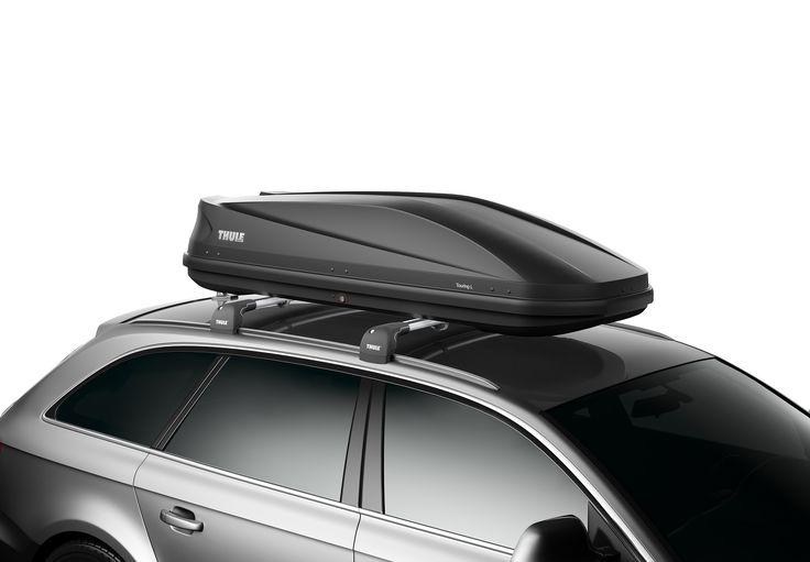 Thule Dakkoffer Touring 780 antraciet aeroskin  Description: De Thule Touring 780 antraciet aeroskin is een praktische en stijlvolle dakkoffer met tweezijdige opening en een mooie strakke vorm. De verlaagde bodem zorgt ervoor dat het windgeruis wordt verminderd. Bovendien zorgt de speciale titaniumkleurige dekselbekleding ervoor dat je stijlvol voor de dag komt. De aerodynamische Touring 780 is voorzien van de gepatenteerde Fast-Click snelbevestiging. Met dit systeem bevestig je de koffer…