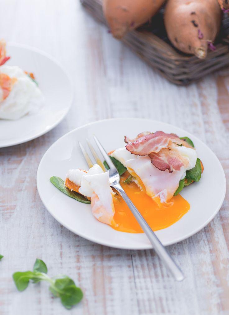Crostino di patate dolci: un antipasto ricco e sfizioso, accompagnato da uova in camicia e striscioline di bacon croccante.  Sweet potato crouton