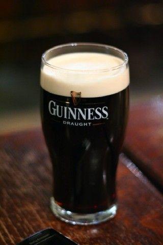 """""""La Guinness è una famosa birra di tipo stout o di tipo porter prodotta dalla Arthur Guinness Son & Co., una fabbrica di birra irlandese fondata a Dublino nel 1759 da Arthur Guinness nella celebre St. James's Gate Brewery.    La birra si presenta scura, quasi nera, ma il colore vero è molto simile al rosso rubino (è possibile notarlo guardandola controluce). La schiuma è chiara o bianca, molto compatta. Il gusto è decisamente amarognolo, corposo e facilmente riconoscibile."""" [Wikipedia cit.]"""
