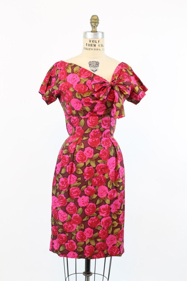 Sweet 1950s zijden jurk! Gedaan in een heldere, kleurrijke roze print zijde. Brede hals met asymmetrische verzamelen die heeft een lange stropdas die kan worden gebogen. Brede taille, ingerichte rok en rug kick plooi. Terug metalen rits. Volledig gevoerd.  ♥From Josephine Primrose van de collectie. Josephine haar hele leven één bleef, hield van kleding en was een lid van de Womens Army Corp tijdens de Tweede Wereldoorlog. Ze was zeer petite, woonde totdat ze een rijpe oude leeftijd van 94…