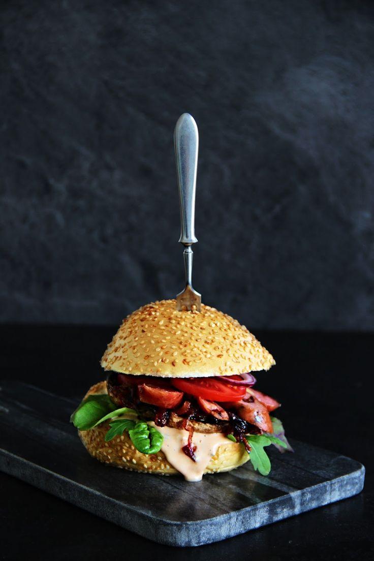 V kuchyni vždy otevřeno ...: Burger s žampionem portobello, karamelizovanou cib...