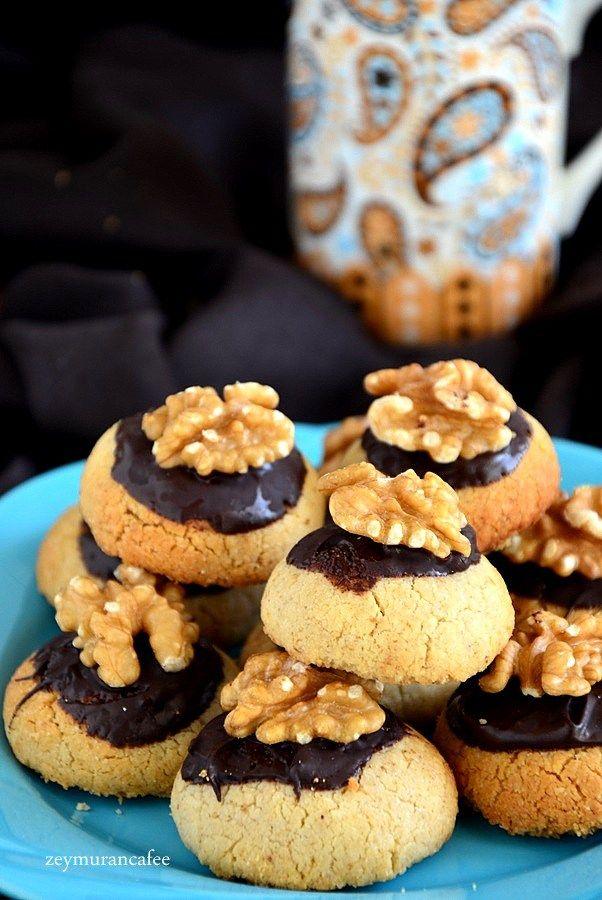 Cevizli Kurabiye Tarifi Resimli  yiyeceğiniz en lezzetli en güzel cevizli kurabiye tarifi üzeri çikolata soslu ve cevizli cevizli kurabiye tarifi, kurabiye tarifi, cevizli kurabiye, kurabiye, cookies