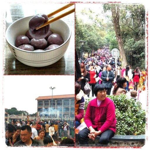 Chinesisches Neujahr - Das Jahr des Schafes bzw. der Ziege !   Am 2ten Tag (19.2.2015) des neuen Jahres werden Teigtaschen, gefüllt mit süßem oder Fleisch und Gemüse, verspeist, sodass der Aufstieg zum Tempel kein Problem mehr darstellt. Es scheint so das halb Shenzhen noch an diesen Brauchtum fest hält und somit geht es in Massen zum Tempel. Oben angekommen werden Raucherstäbchen angezündet und die Gaben gesegnet.   Setzt Ihr Euren Brauchtum fort?    #PhotoGrid #cny #goat #sheep #china…