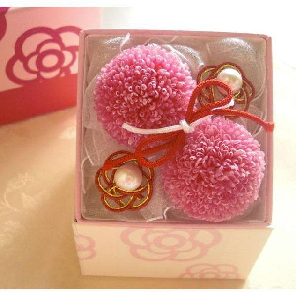 お洒落な紙張の箱にピンポンマムと水引で作られた和風リングピロー。お部屋にもずっと飾れます。ピンポンマムは白または白、ピンクのミックスにも変更可能です。サイズ □:8cm, 高さ:8.3cmご用途:[ギフト][ウエディング][プレゼント][結婚][記念日][バレンタインデー][ブライダル][和風][リングピロー][ホワイトデー]