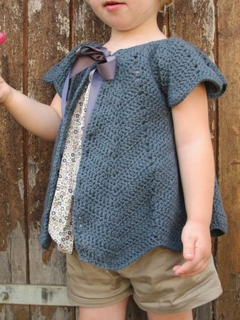 """Gilet """"Pétales"""" de Z comme Zoé. French tutorial here http://p8.storage.canalblog.com/81/43/337426/49559280.pdf. Translated English version here http://www.ravelry.com/projects/JLSB/gilet-petales"""