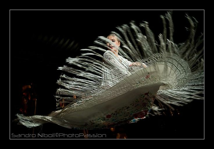 Le danze gitane utilizzano #gonne molto ampie oppure #scialle da far volteggiare nell'aria libere nel #cielo...
