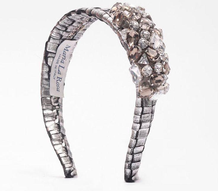 Hairband stone in handwoven fabric.