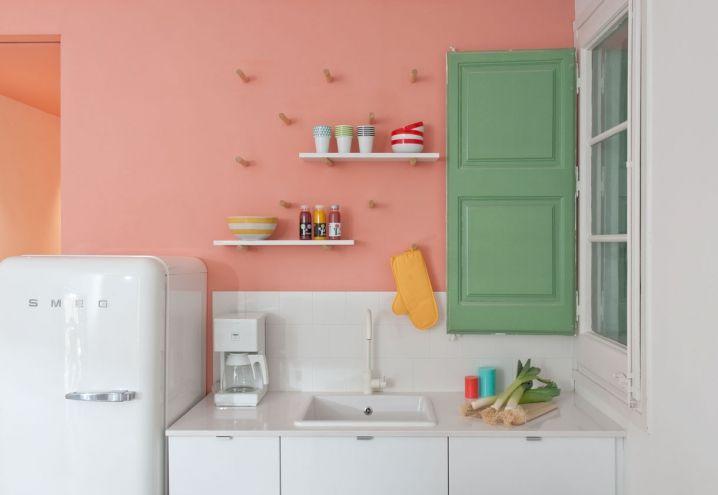 In Barcelona, a flat where white is mixed with clear colours / A Barcellona, in una casa dove il bianco è stemperato con tinte pastello
