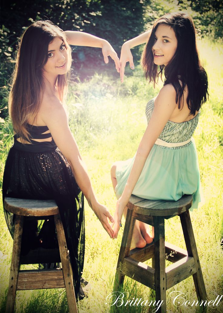 super cute posing idea for a best friend photoshoot :)
