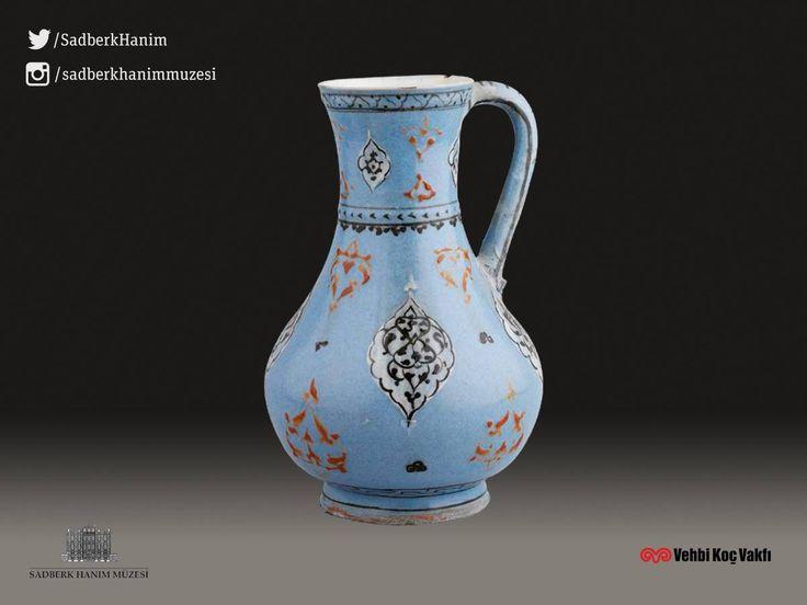 Sadberk Hanım Müzesi / Museum Renkli astarlı İZNİK seramiklerinden olan maşrapa 16.yüzyılın ikinciyarısına tarihlenmiştir.