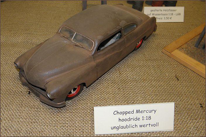 chopped Mercury als sogenannter hoodride mit roten Felgen von einem Ford Starliner. Im Maßstab 1:18. Der Wert dieses Exoten ist unglaublich hoch, aber leider unverkäuflich.