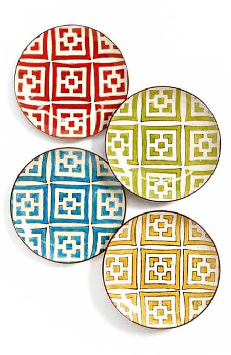 Çizgili, geometrik desenli, etnik formlu tabak modelleri gibi birçok farklı tabak setini piyasada bulabilirsiniz. Sadece uyumu, tarzınızı ve renklerin kombinlemesini doğru bir şekilde seçmeniz yeterli.