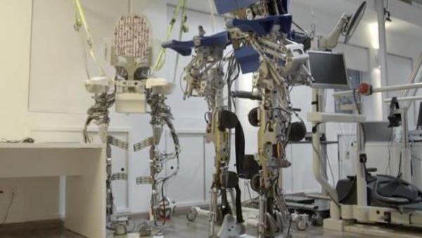 Teknologi Robot Bantu 8 Pasien Kelumpuhan Ini Berjalan Kembali
