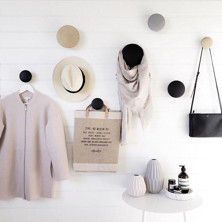 Inspo fra @arrival_hall ✨✨ Muuto dots er perfekt til fashionista'n! Heng opp dine fineste plagg, vesker, hatter og skjerf Vi har dots i alle farger og størrelser på lager! #mittnordiskehjem #muutodots #inspo #hallway #bestselger #pålager #nettbutikk
