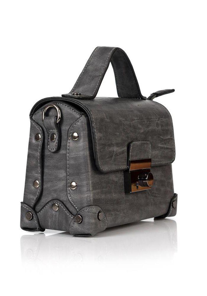 Τσάντα χεριού και ώμου. Η τσάντα έχει καπάκι με κούμπωμα. Κλείνει με εσωτερικό φερμουάρ,και διαθέτει λουράκι για τον ώμο. Ιδανικό τσαντάκι για όλες τις ώρες. Διαστάσεις Υ. 14cm – Μ. 21cm  SYNTHETIC 100%